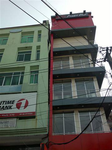 Nhà 5 tầng đổ đè sập một phần chung cư