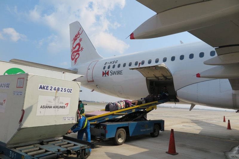 Nhân viên sân bay trộm điện thoại của khách bị công an tạm giữ