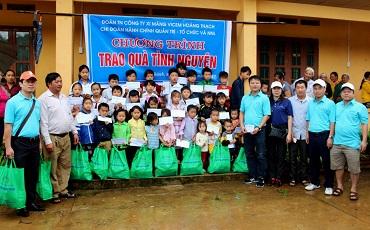 Đoàn Thanh niên Cty Xi măng Hoàng Thạch tặng quà đồng bào vùng cao
