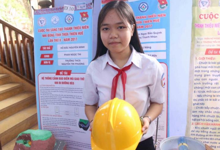 Nữ sinh sáng chế mũ thông minh cảnh báo khoảng cách an toàn điện