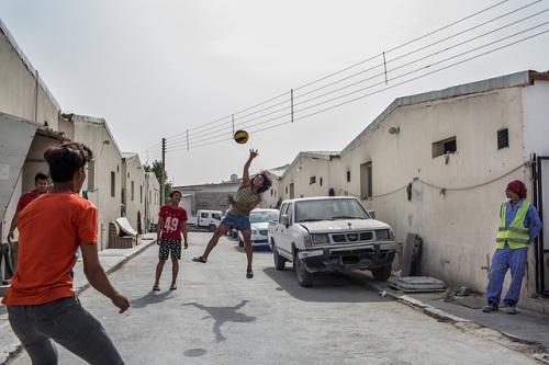 Những người đi không được, ở chẳng xong ở Qatar